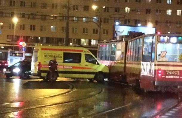 Машина «неотложки» врезалась в трамвай на Красногвардейской площади