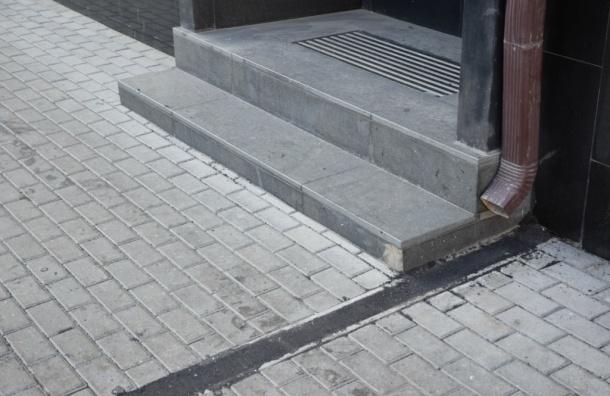 Тротуарную плитку в Москве закатали в асфальт