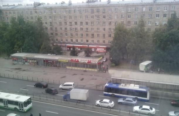 Очевидцы: Автобус пробил ограждение и сбил человека на проспекте Стачек