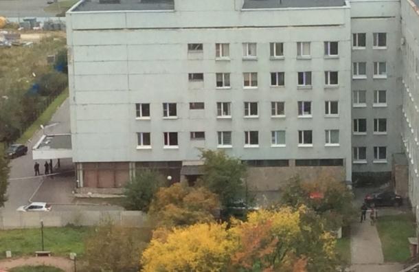 Полиция перекрыла роддом №16 в Купчино (ФОТО)