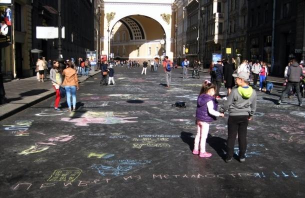 Петербуржцы разрисовали пешеходную Большую Морскую улицу мелками