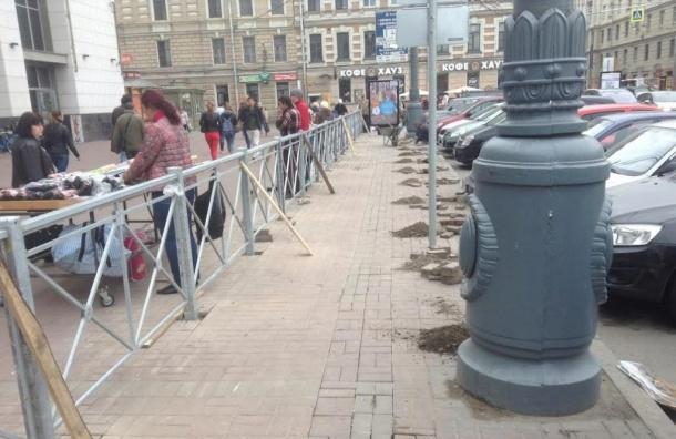 Посреди пешеходной зоны у Финляндского вокзала установили забор