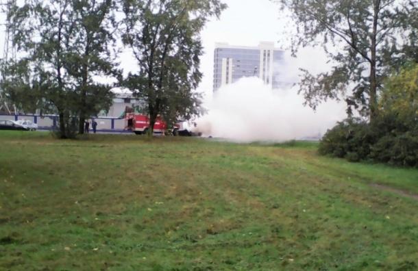 Автомобиль горит на Дунайском проспекте
