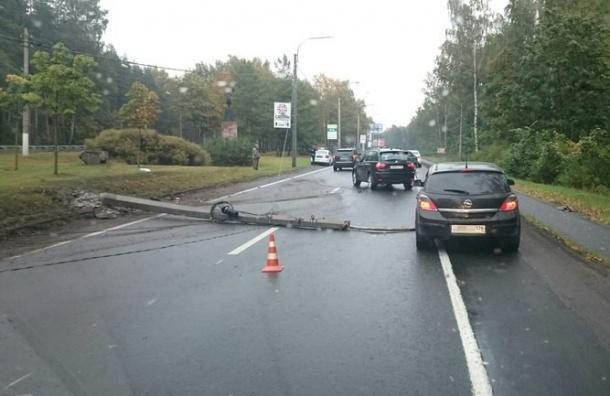 Приморское шоссе перекрыто из-за аварии с иномаркой
