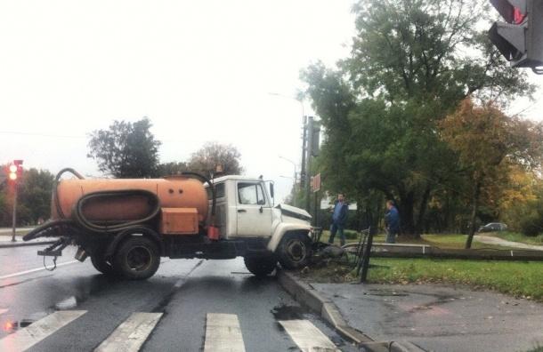 Ассенизаторская машина врезалась в заграждение в Красном Селе