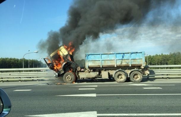 Очевидцы: кабина КамАЗа горит на КАД