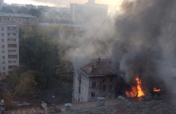 Огромный пожар полыхал в заброшенном доме на Крестовском