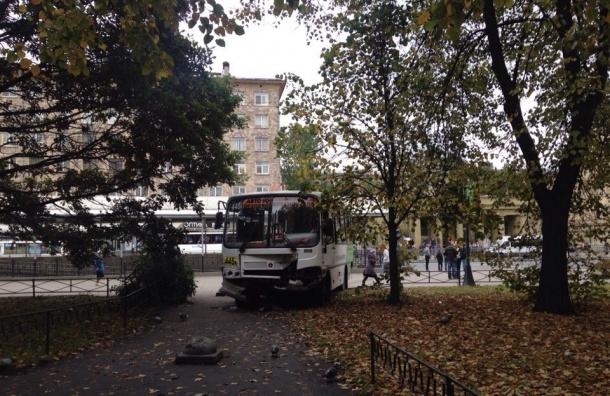 Водитель маршрутки на Стачек выпал из автомобиля