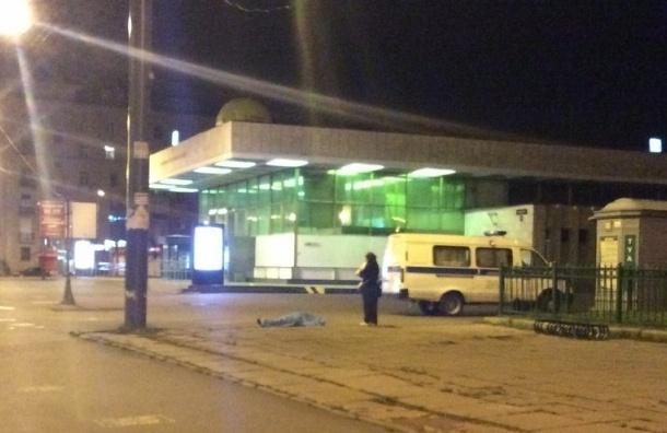 Очевидец: Пожилая женщина скончалась ночью у метро Ломоносовская