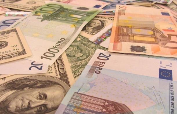 Евро и доллар прибавили больше рубля на фоне новостей о снижении стоимости нефти
