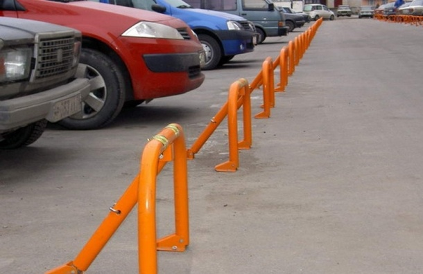 Увеличить штрафы за «бронирование» парковочных мест предложил депутат ЗакСа