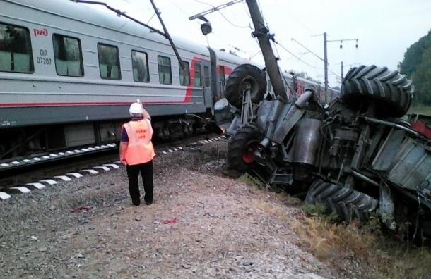 Пассажирский поезд снес с путей комбайн в Краснодарском крае