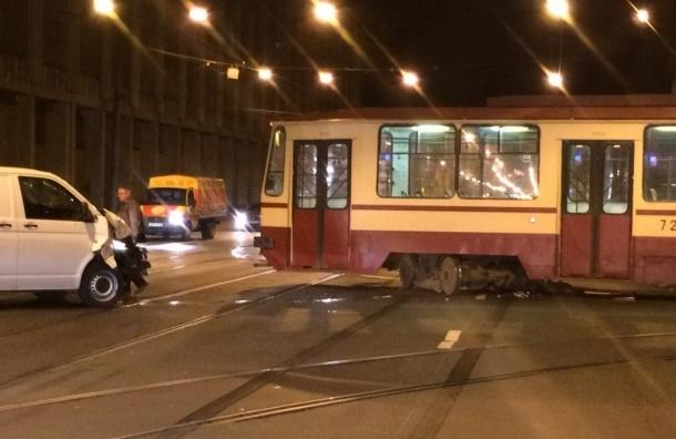 Трамвай сошел с рельсов после столкновения с микроавтобусом