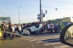 Автомобиль перевернулся в Невском районе: двое вылетели из окна