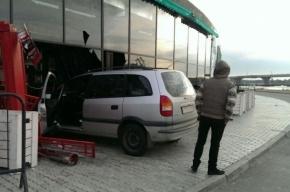 Пьяная пара из Карелии врезалась на автомобиле в бар «XXXX»
