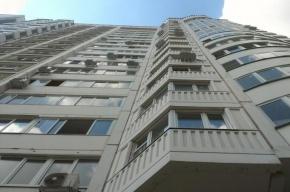 В Приморском районе из окна жилого дома выпал мужчина