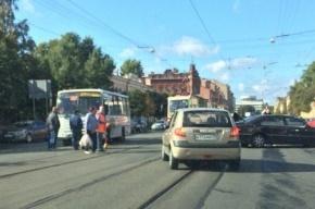 Очевидцы: на Троицком проспекте столкнулись маршрутка и «Mercedes»