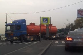 Легковушка врезалась в бензовоз на Октябрьской набережной