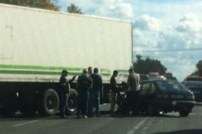Авария на Московском шоссе: иномарка столкнулась с фурой