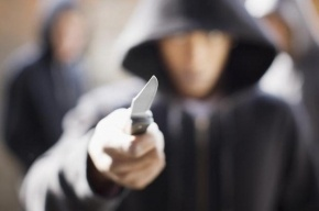 Трое мужчин напали на петербуржца и отобрали у него золотую цепочку