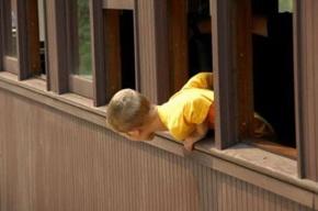 Пятилетнего мальчика, который выпал из окна, спас кабель
