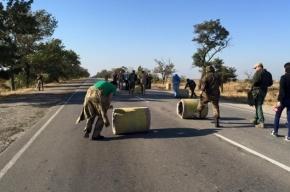 Активисты «Правого сектора» устанавливают бетонные урны на трассе в Крым