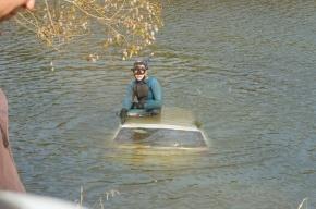 Иномарку выловили из пруда Петербурга