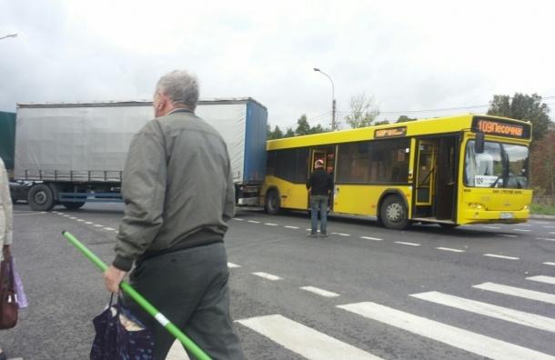 Автобус, грузовик и трактор столкнулись на Выборгском шоссе