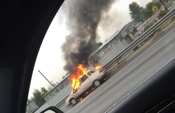 Автомобиль горит на внутреннем кольце КАДа
