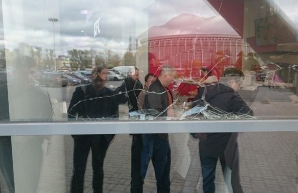 Неадекватный мужчина кидал камни в окна ТРЦ «Радуга»