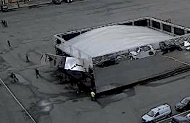«Зеркальный куб» на Дворцовой обрушился на людей (видео)