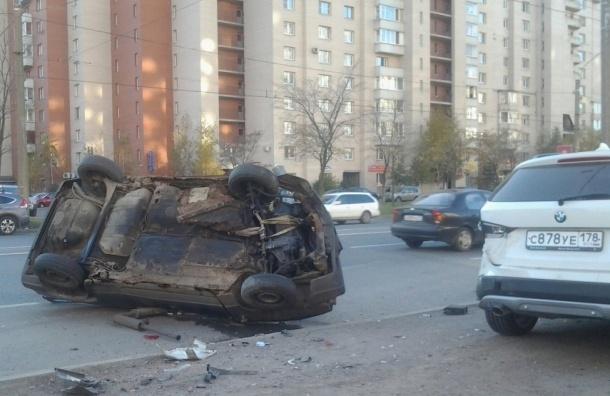 Автомобиль, у которого вместо передней подвески была веревка, врезался в БМВ на Ленинском