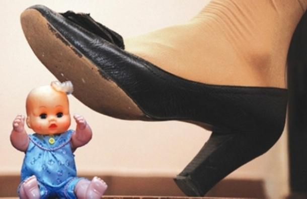 Петербурженка поселила 6-летнюю дочь под диваном