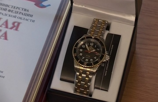 Охраннику, застрелившему в Петербурге налетчика на ювелирный, вручили часы
