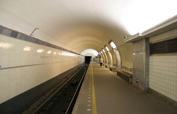 Курсант МВД на станции «Электросила» прыгнул на рельсы и скрылся в туннеле