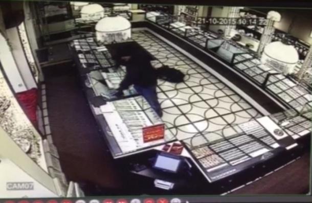 Охранник застрелил бандита с обрезом в ювелирном магазине по Среднему проспекту