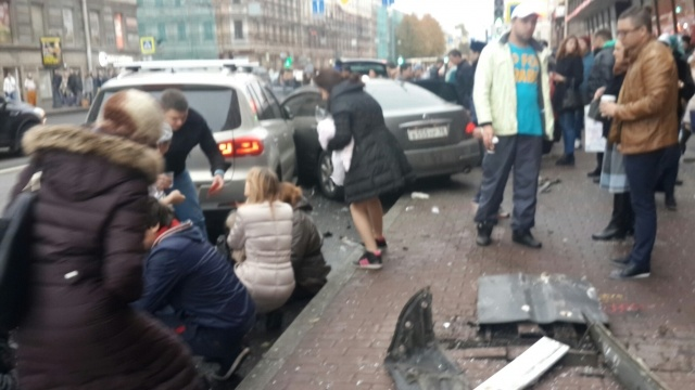 Автомобиль врезался в толпу людей на Московском проспекте: Фото