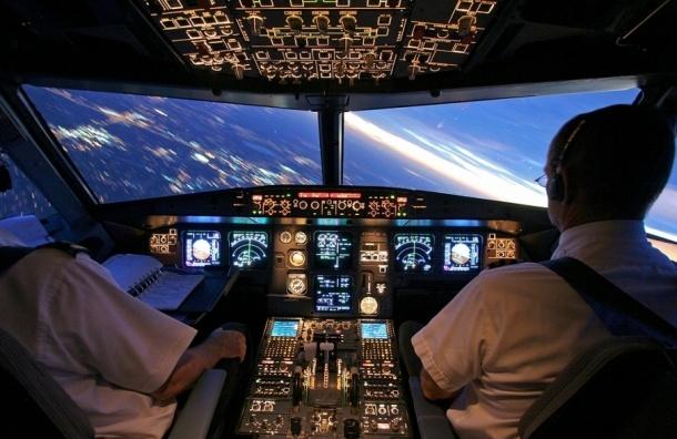 Пилот американского самолета умер во время полета