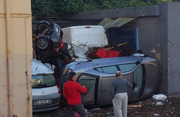 Наводнение в Ницце и Каннах: лодки парковались во дворах, а машины лезли на деревья