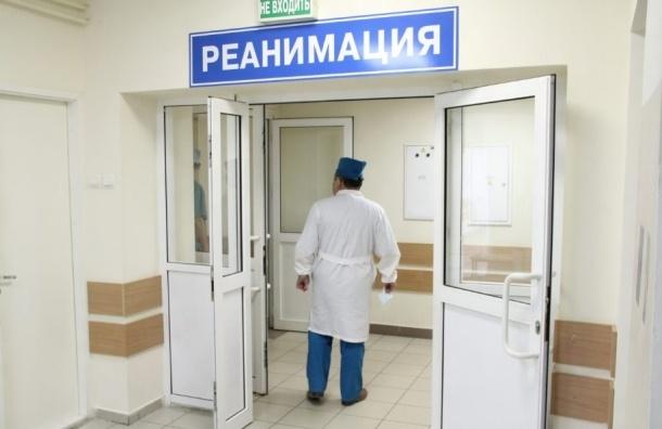 Медики пытаются спасти пострадавшего в перестрелке на Гороховой полицейского