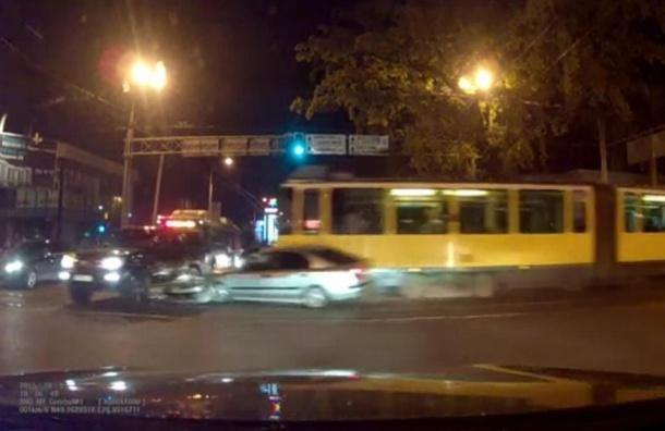 Трамвай, который протаранил 14 автомобилей в Алма-Ате, попал на видеорегистратор