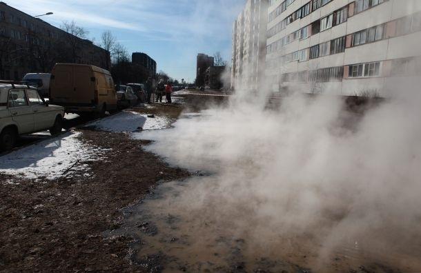 Трубу с горячей водой прорвало на Маршала Казакова