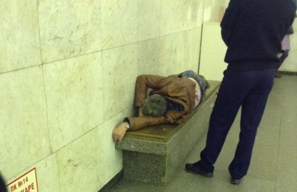 Мужчину с симптомами инсульта вытащили из вагона на станции «Гостиный двор»