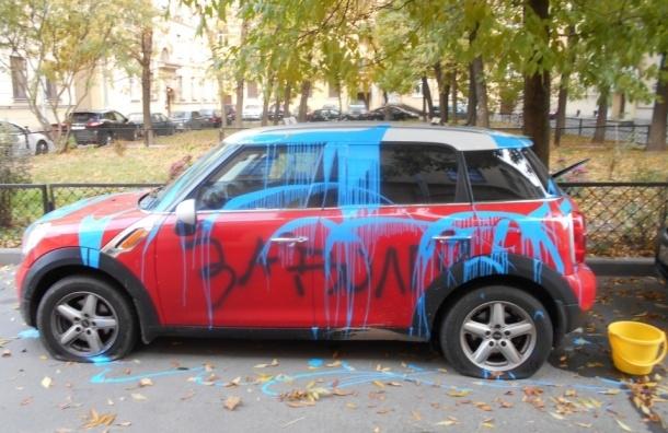 Машину облили краской за долги во дворе на Суворовском