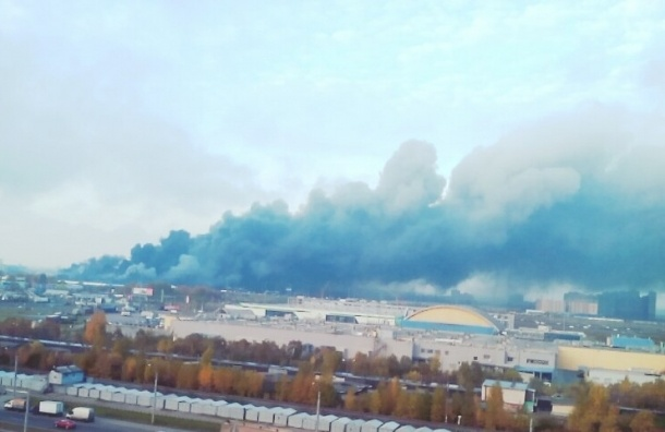 Многочисленные взрывы и облако черного дыма на КАД, горит склад Евроавто