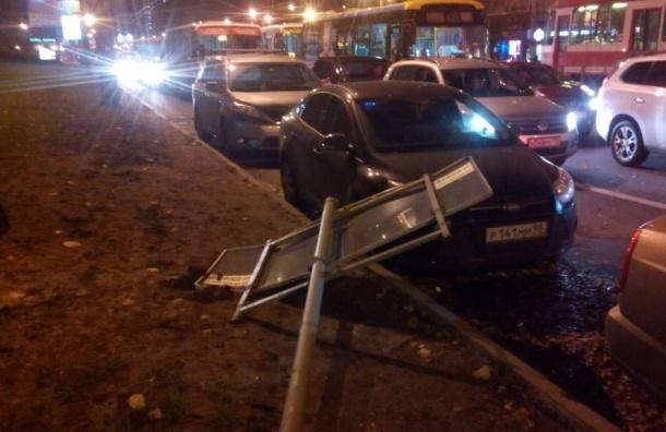 Ураган в Петербурге: ветер роняет деревья, заборы и знаки