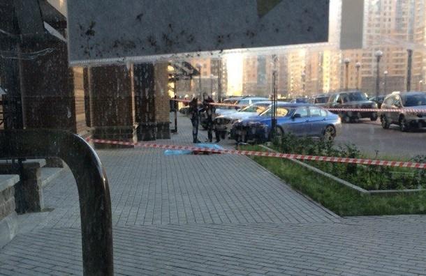 Женщина выпала из окна дома на Бутлерова