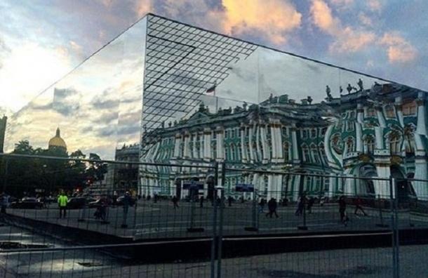 Зеркальный куб, который обрушился на людей на Дворцовой, вернули на площадь