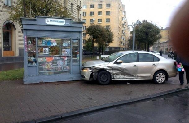 «Фольксваген» влетел в киоск на остановке «Суворовский-Тульская»