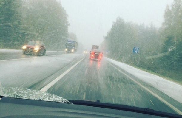 Снегом засыпало трассы между Петербургом и Москвой